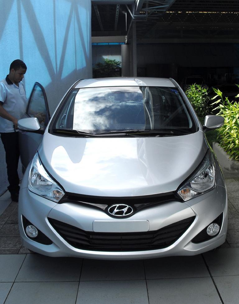 Ein Mitarbeiter des Autohauses bereitet einen Hyundai HB20 für die Übergabe vor.
