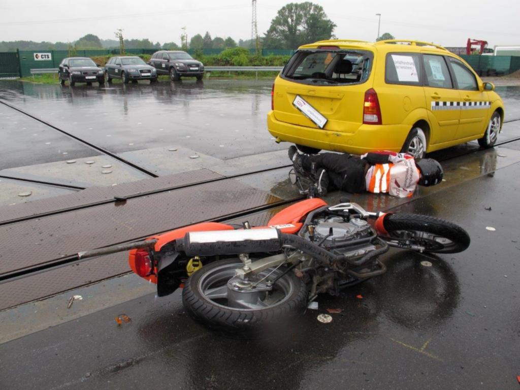 Ein sehr realitätsgetreuer Crashtest zeigt, dass Motorradfahrer bei zu geringem Abstand auf ein vorausfahrendes Auto keine Chance haben, den Aufprall zu vermeiden