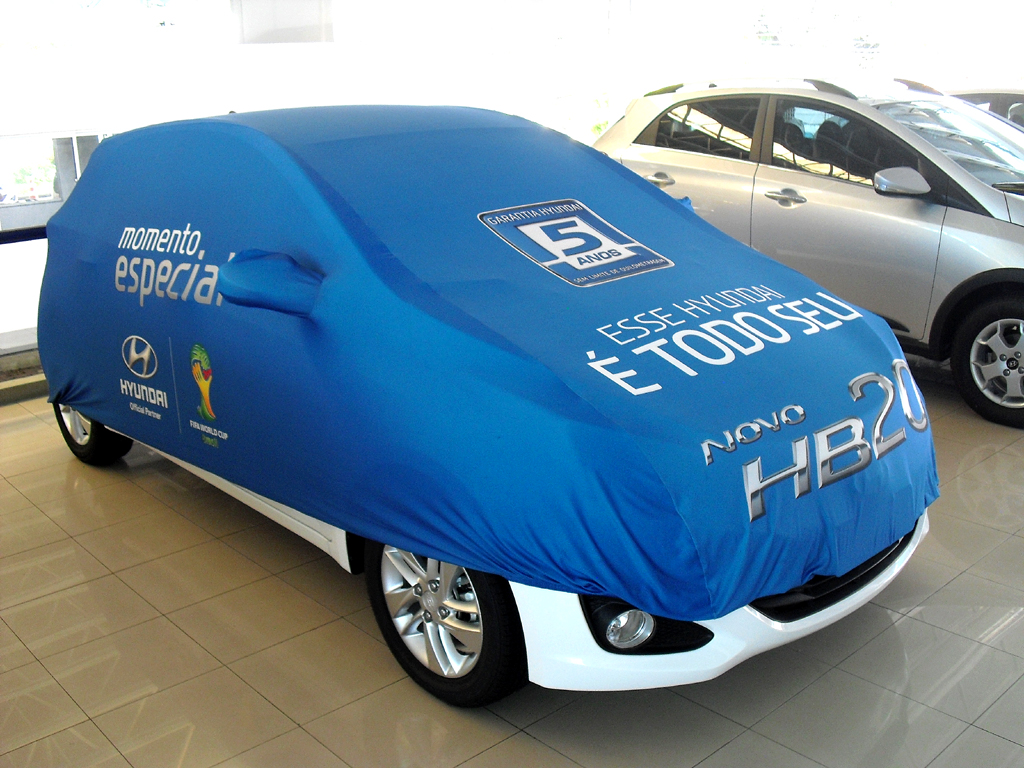 Ein verkaufter neuer Hyundai wartet noch verhüllt auf seinen Besitzer.