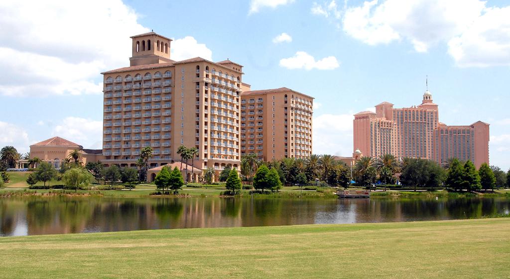 Eingebettet in eine große Grünanlage ist Orlandos Grande Lakes Resort.