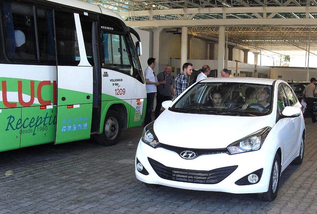 Familie Fernandes verlässt sichtlich stolz im neuen Hyundai das Autohaus-Gelände.