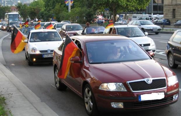 Fußball-Fähnchen am Auto - Ein Liter Mehrverbrauch pro Stunde