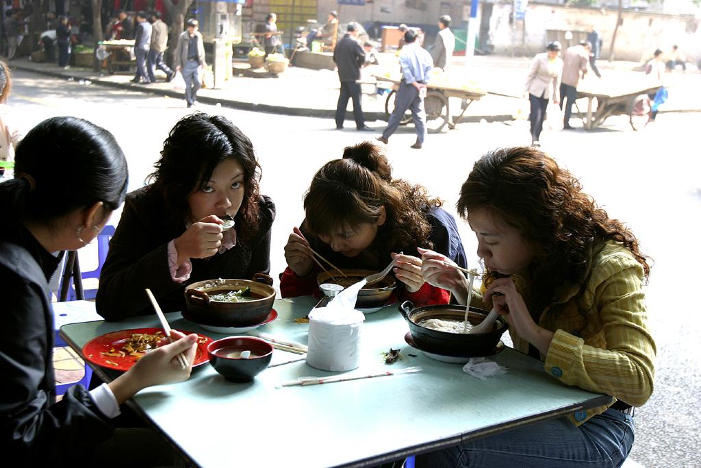 Gemeinsam schmeckt's besser: Mittagspause in der Millionen-Stadt.