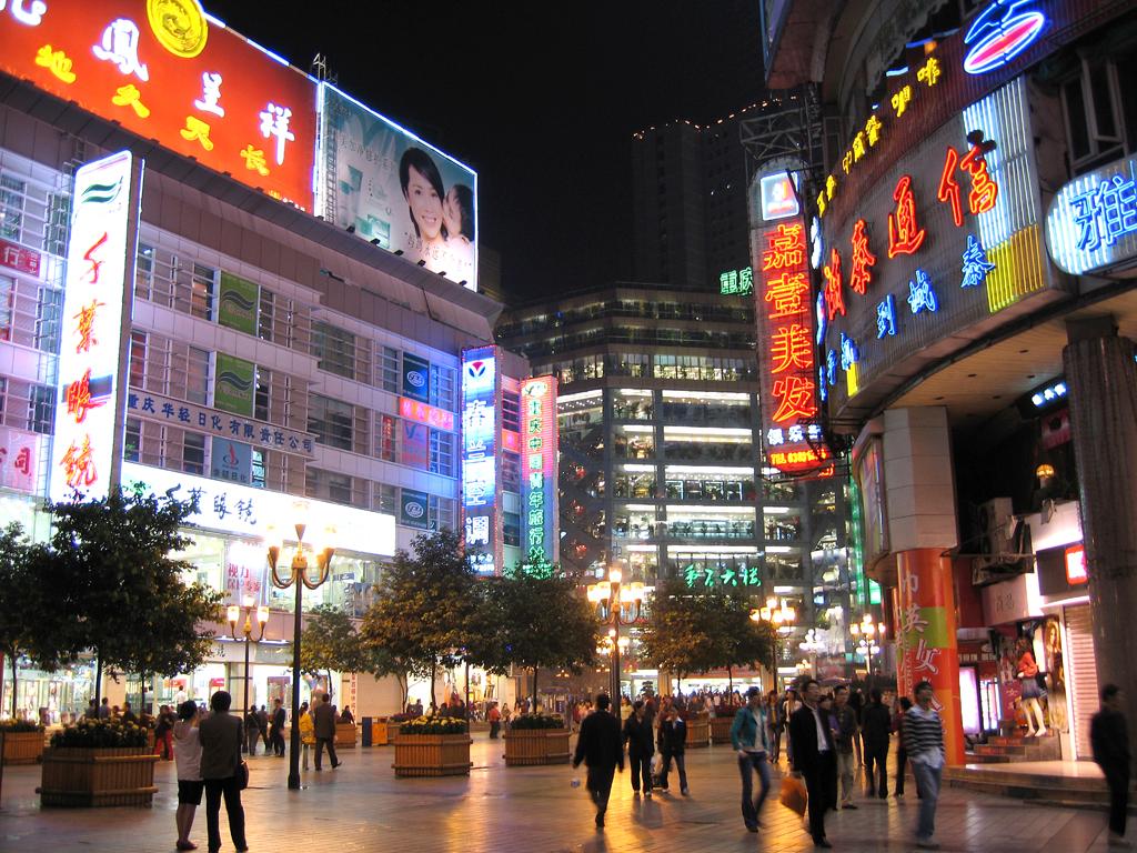 Im Zentrum: Leuchtreklame macht auf die Kaufhäuser aufmerksam.