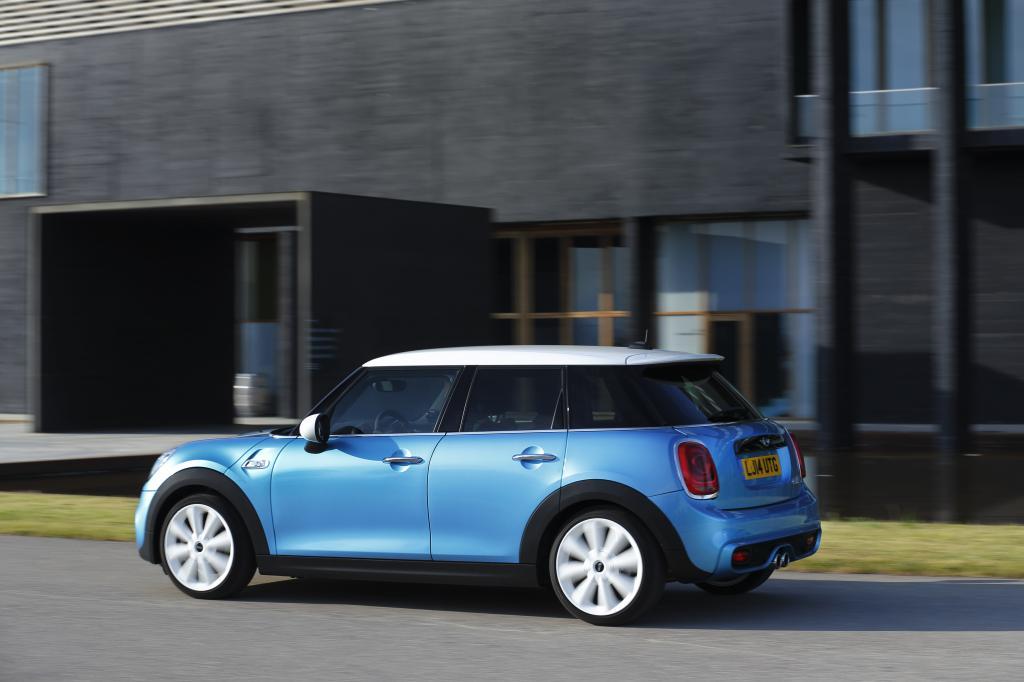 In der neuen Karosserievariante ist der Mini 16 Zentimeter länger (3,98 Meter) und einen Zentimeter höher als das Modell mit drei Türen und soll deutlich mehr Platz bieten