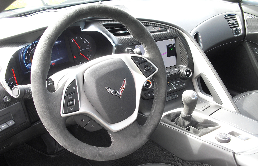 In siebter Auflage mutet auch das Corvette-Cockpit jetzt wertiger an.