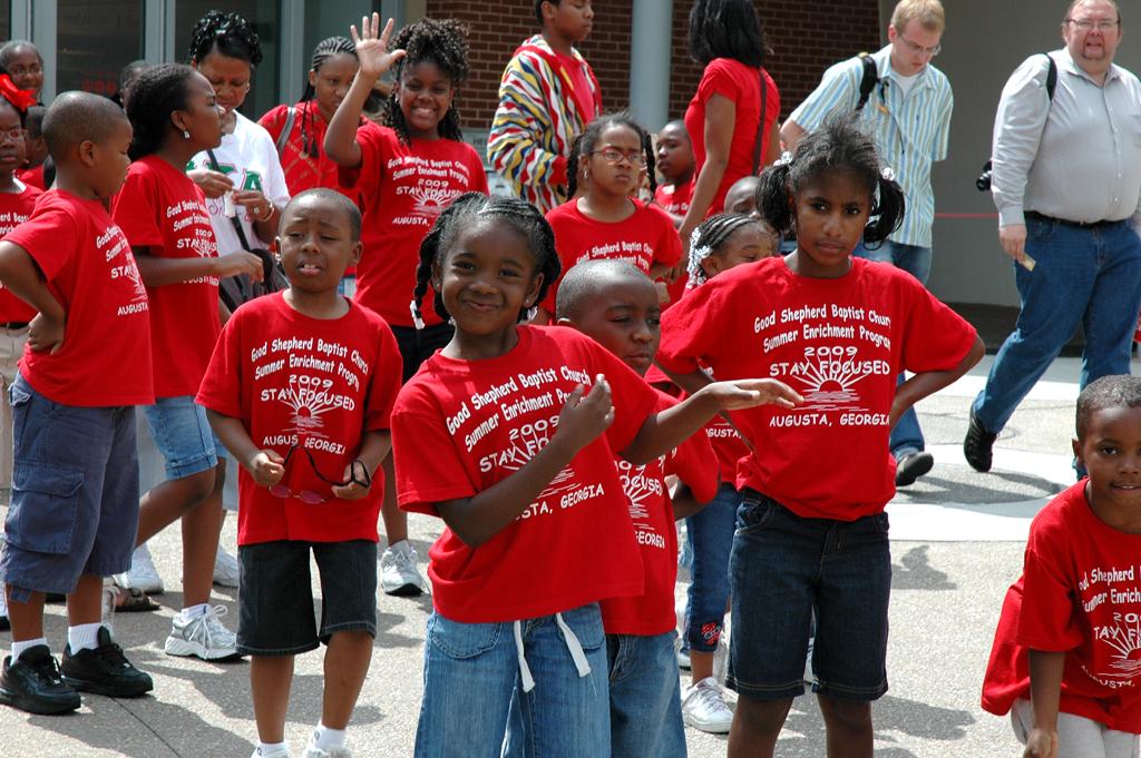 Kinder aus Augusta/Georgia nach dem Museumsbesuch - natürlich in Coca-Cola-Rot.
