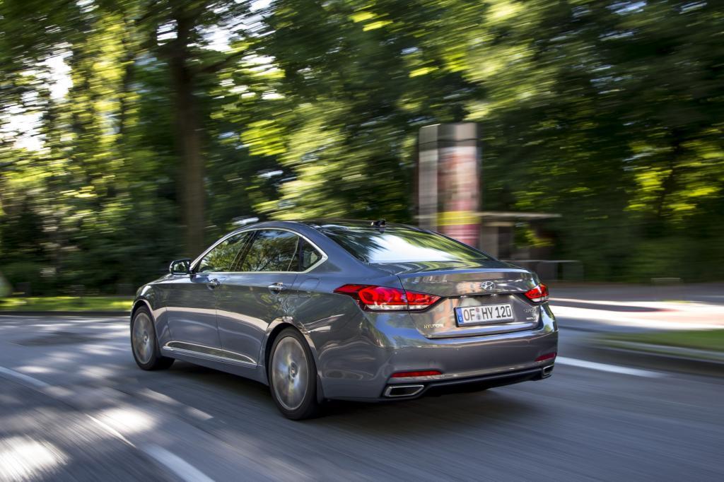 Knapp fünf Meter lang, vorn mit einem stolzen Chromgrill und hinten mit einem fast fließenden Heck soll sich der repräsentative Luxusliner gegen Autos wie den Fünfer BMW, die Mercedes E-Klasse und den Audi A6 behaupten.