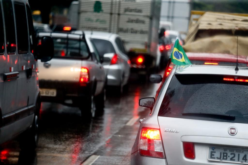 Manchmal hängt eine brasilianische Fahne aus einem der Fenster der vielen Wohnsilos, die Sao Paulo wie einen Ring von immergleichen Hochbauten begrenzen.