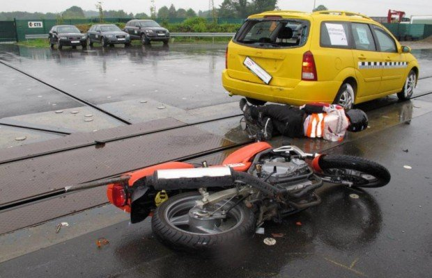 Motorrad-Crashtest - Mit dem Kopf durch die Scheibe ins Heck
