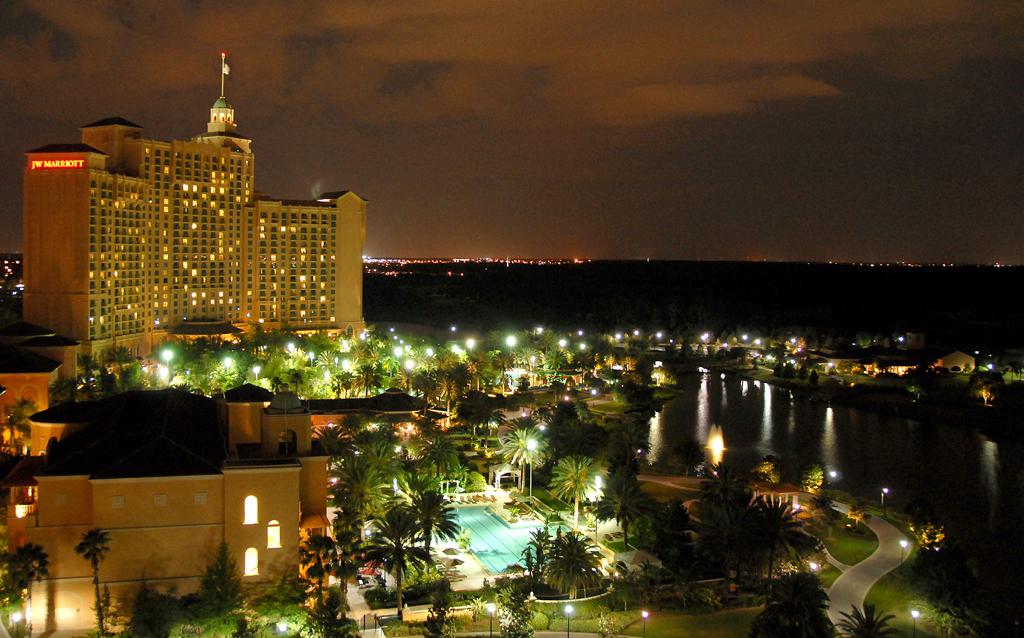 Nächtlicher Blick vom Ritz-Carlton auf das benachbarte Marriott-Hotel.