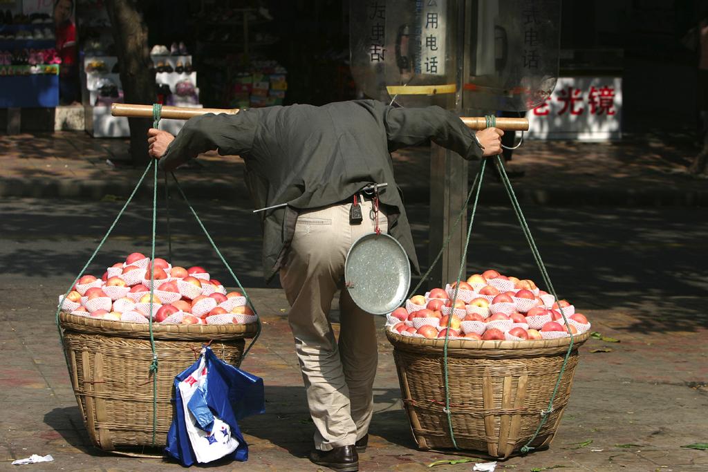 Nur scheinbar kopflos: Lastenträger mit Bambusstab in Chongqing.