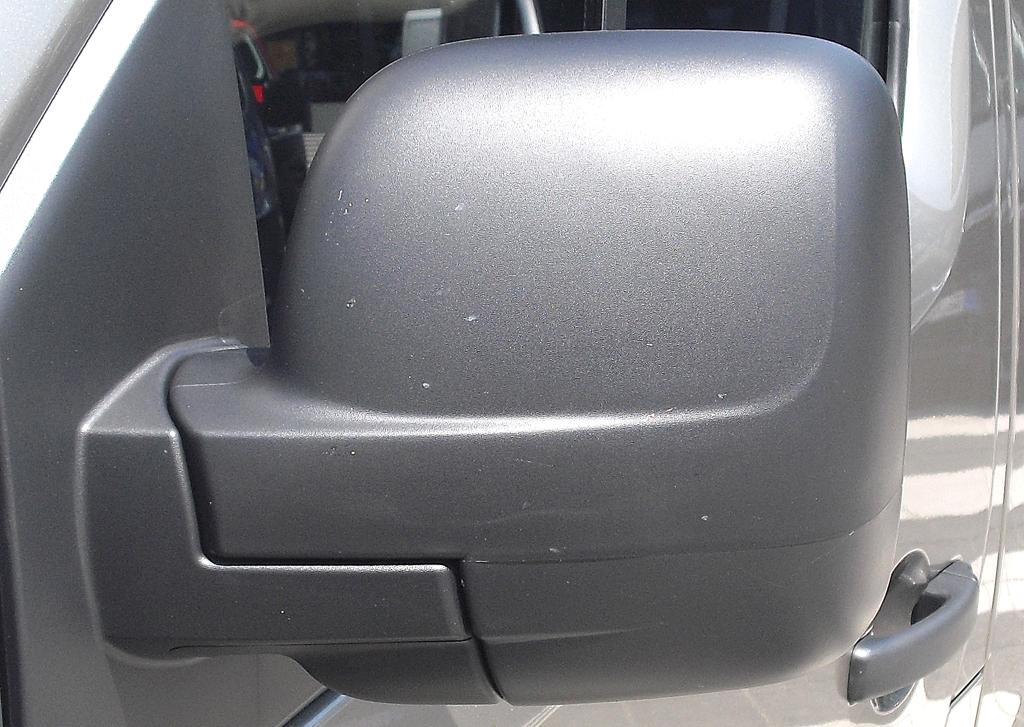 Opel Vivaro: Blick auf den Außenspiegel auf der Fahrerseite.