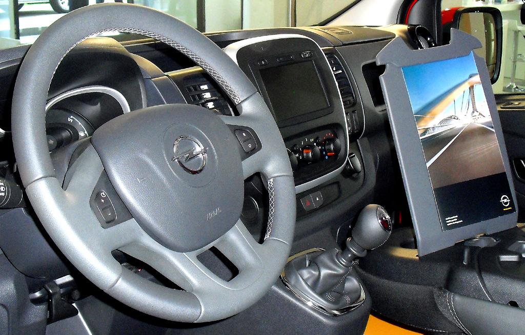 Opel Vivaro: Blick ins Cockpit, das auch zum mobilen Büro umfunktioniert werden kann.