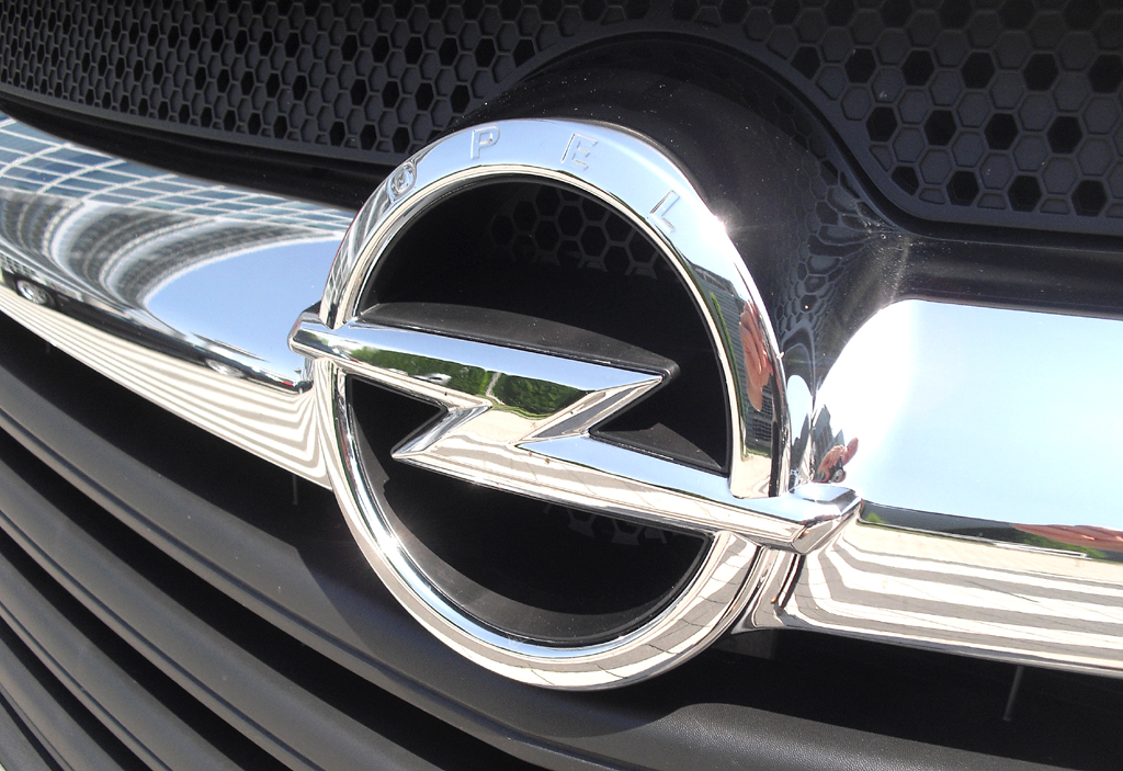 Opel Vivaro: Das Markenlogo, der Blitz, sitzt in einer Chromspange im oberen Kühlergrillteil.