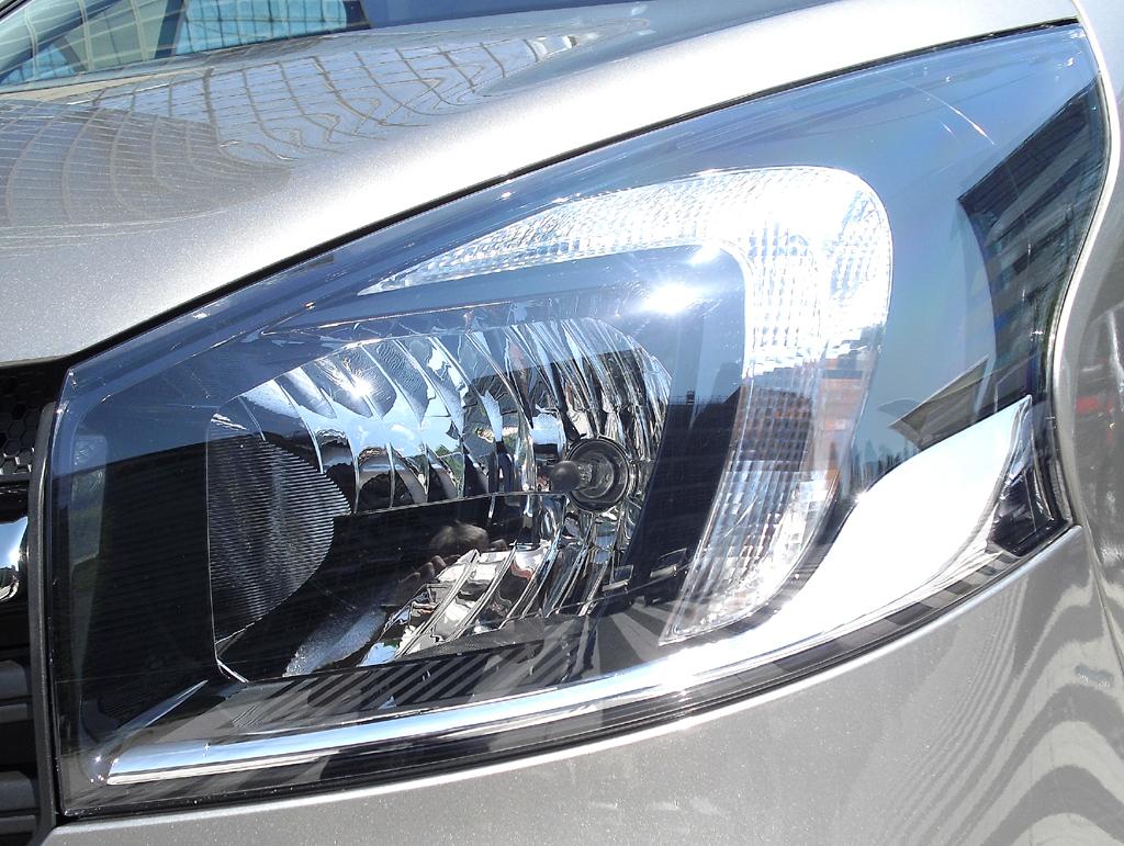 Opel Vivaro: Großformatige Leuchteinheit vorn.