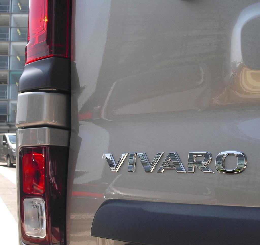Opel Vivaro: Vertikal ausgerichtete Leuchteinheit am Heck mit Modellschriftzug.