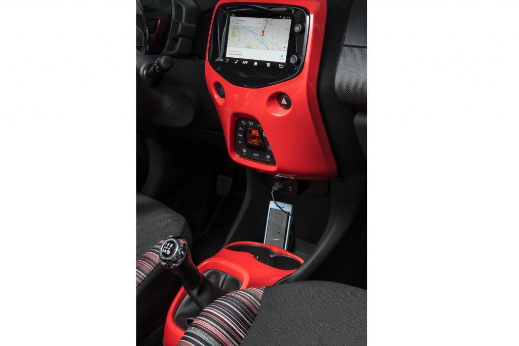 Passend zur optischen Modernisierung gibt es ein neues Cockpit, das nun von einem großen Touchscreen beherrscht wird