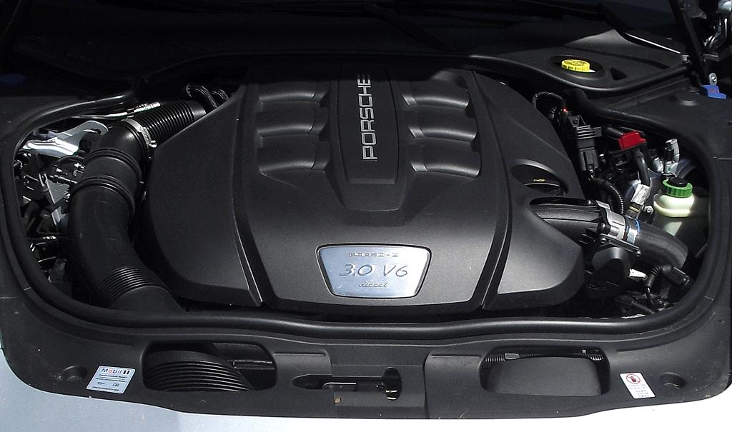 Porsche Panamera: Blick auf den 3,0-Liter-Sechszylinder-Selbszünder.
