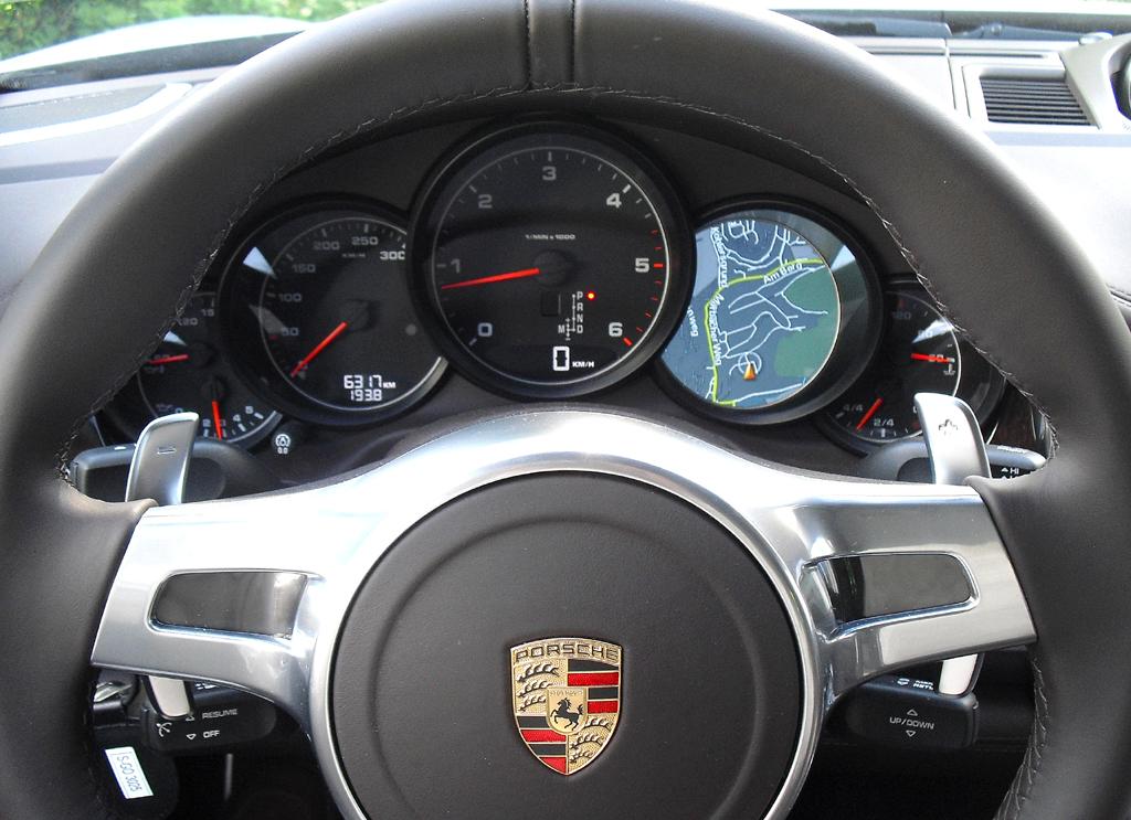 Porsche Panamera: Blick durch den Lenkradkranz auf die Rundinstrumentierung.