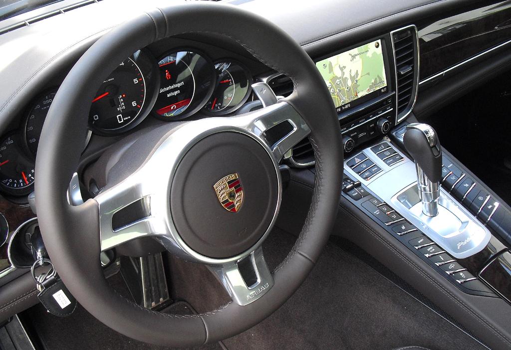Porsche Panamera: Blick ins Jet-ähnliche Cockpit.