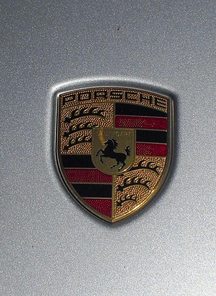Porsche Panamera: Das Markenlogo sitzt vorn auf der Motorhaube.
