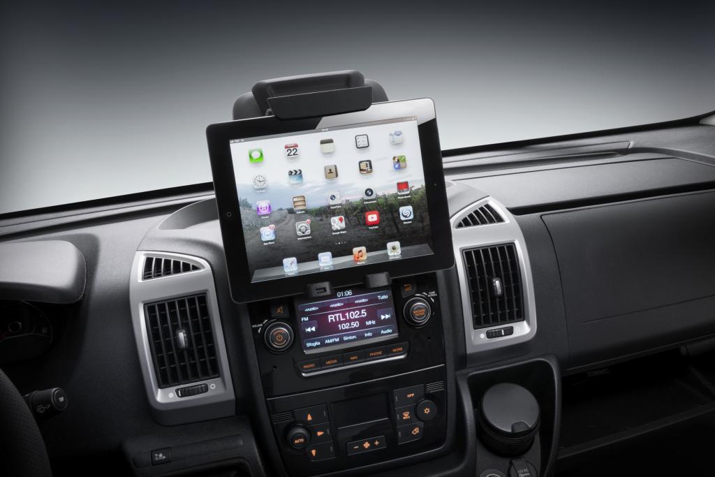 Praktisch ist die Halterung, mit der Smartphones oder Tablets befestigt werden können