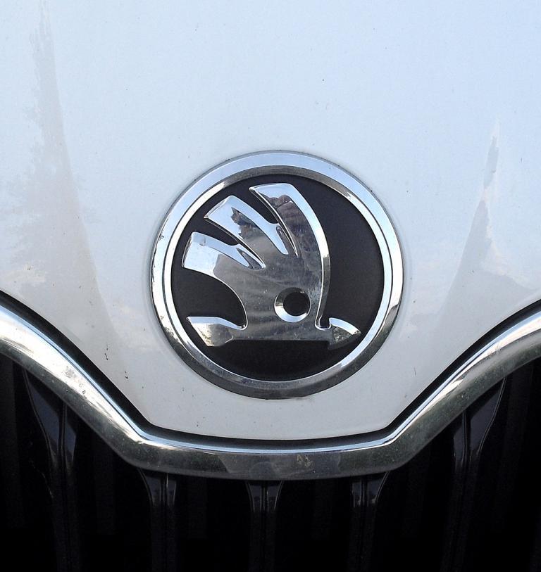 Skoda Octavia: Das Markenlogo sitzt vorn auf der Motorhaube.