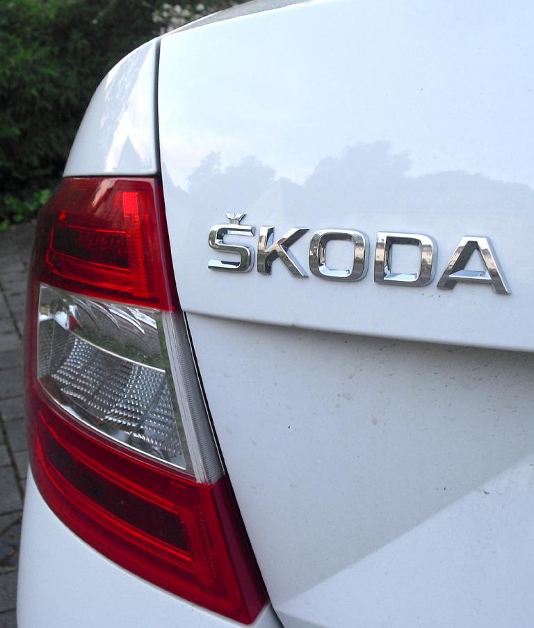 Skoda Octavia: Moderne Leuchteinheit hinten mit Markenschriftzug.