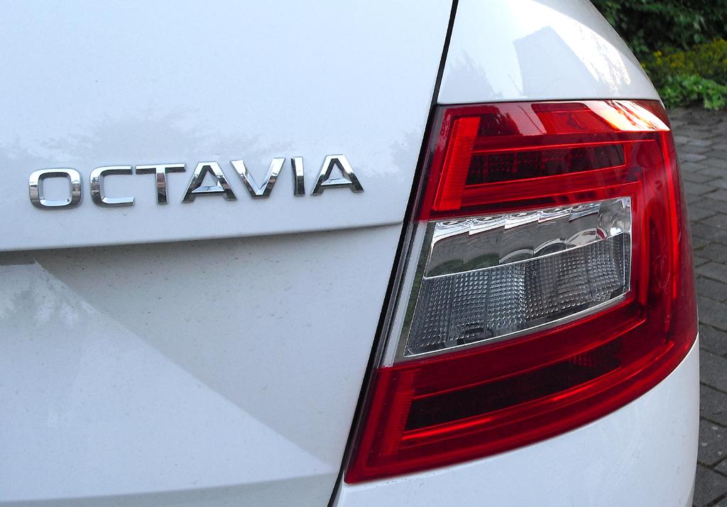 Skoda Octavia: Moderne Leuchteinheit hinten mit Modellschriftzug.