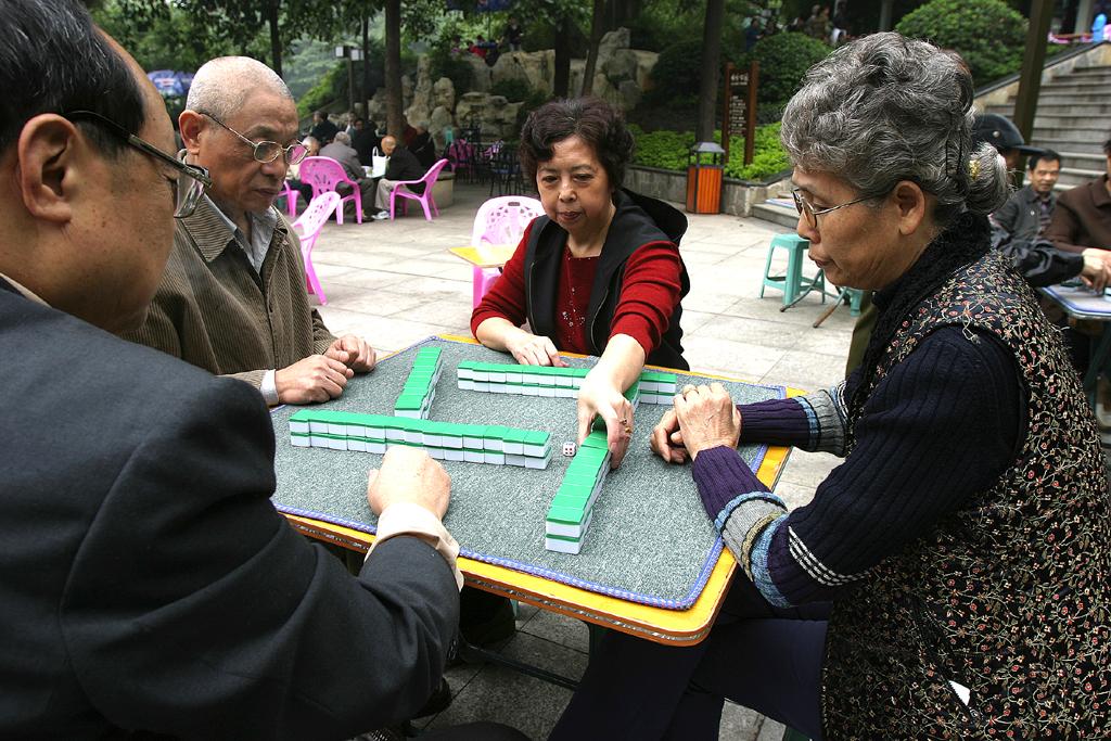 Tischspiel im Eling-Park: Die Einwohner treffen sich regelmäßig dort.