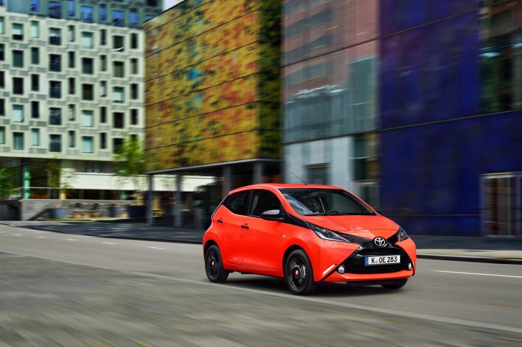 Toyota erneuert nach fast zehn Jahren seinen Cityprofi Aygo und setzt mit seiner auffälligen X-Front auf expressive Optik.