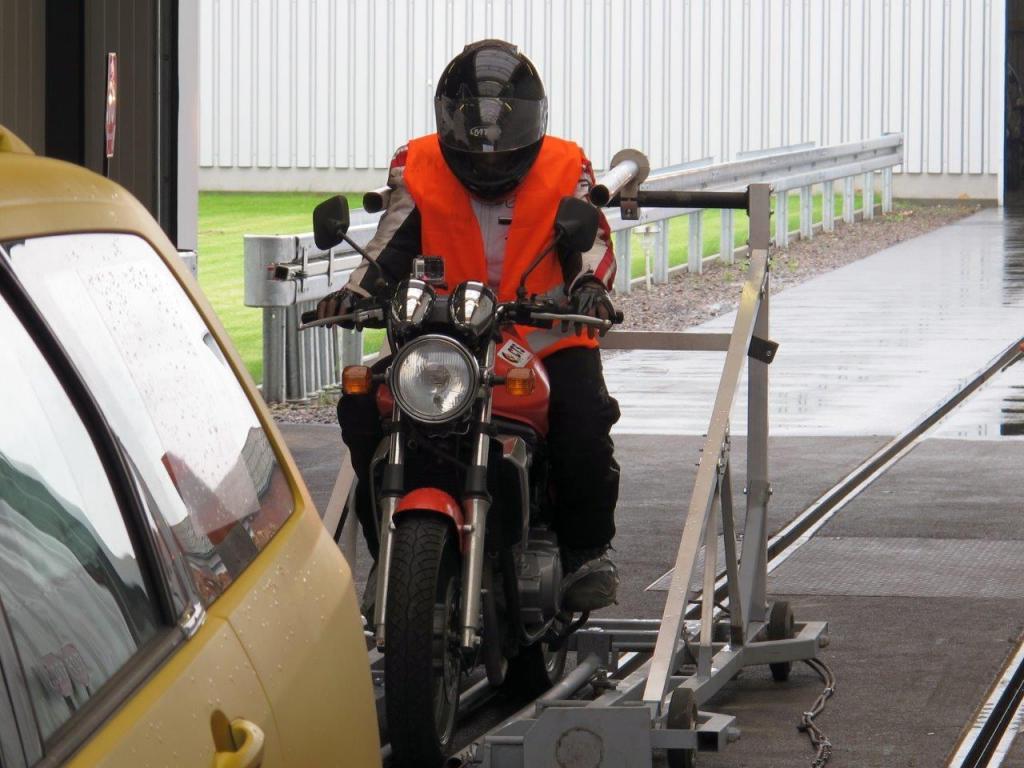 Versuchsaufbau: Motorrad fährt auf Auto auf