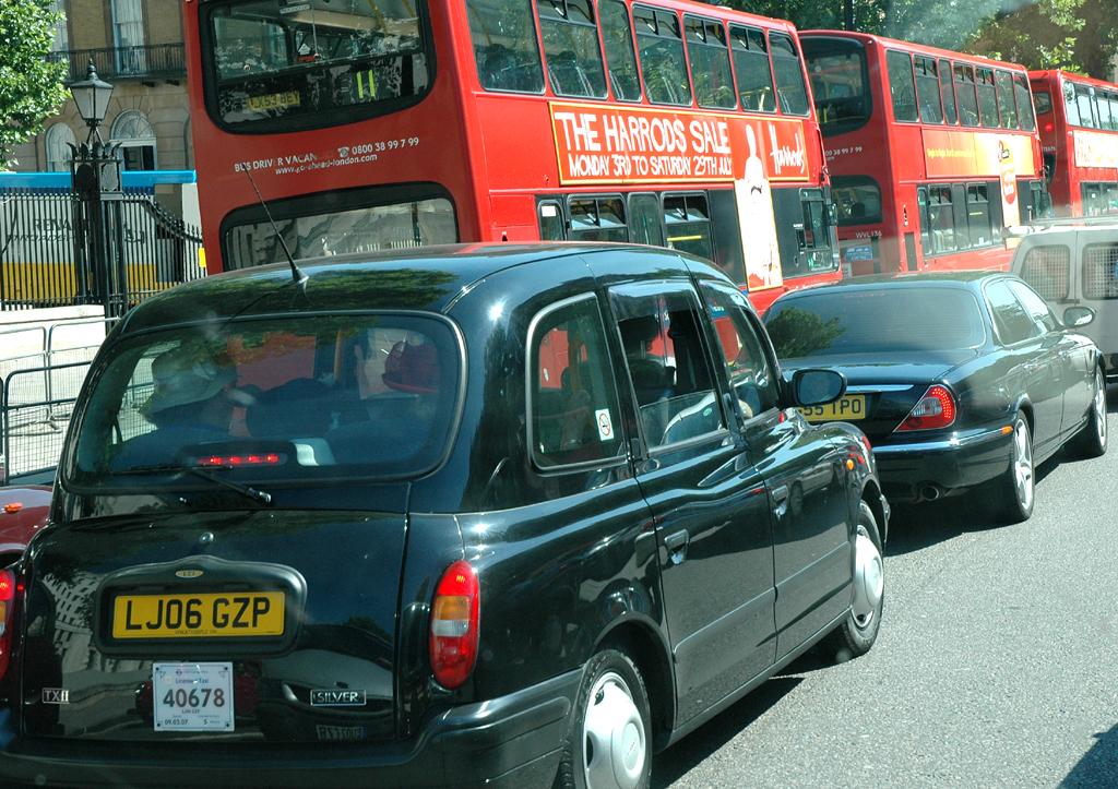 Very british: Doppeldecker-Bus und Taxi im Zentrum.