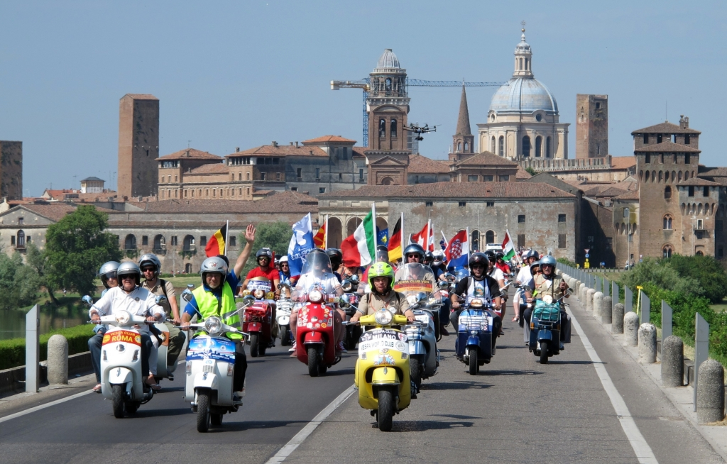 Vespa World Days 2014 - Wespenschwarm mit stummer Sozia