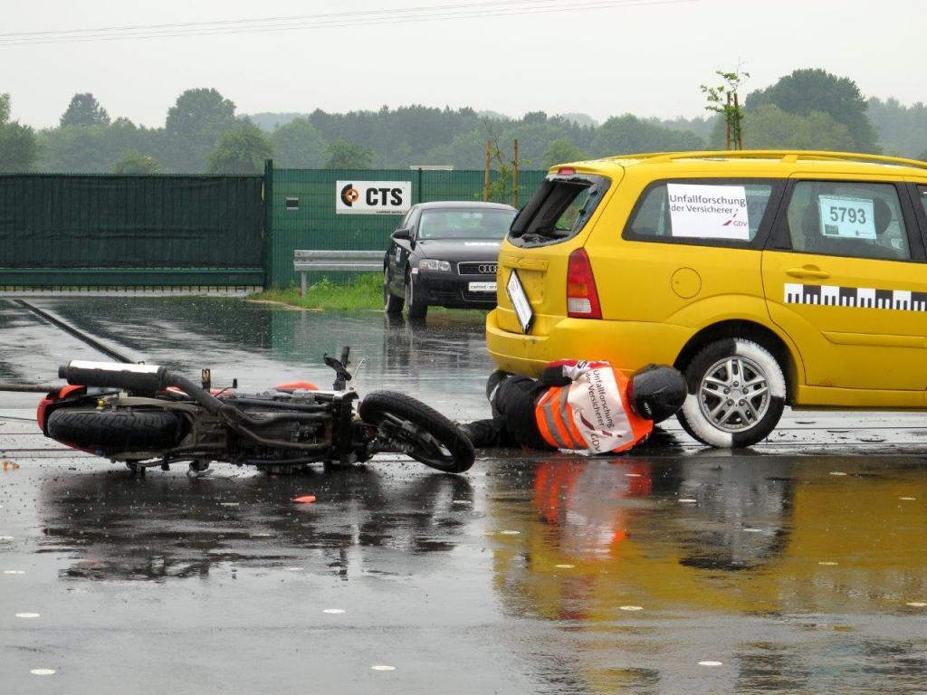 Viele dieser Unfälle könnten vermieden werden, wenn der Motorradfahrer konzentrierter wäre und den Abstand zum vorausfahrenden Auto deutlich größer halten würde