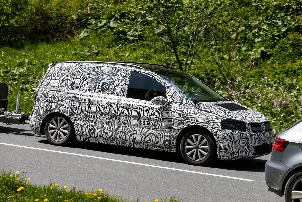 Was den Roomster-Mule enttarnt hat: Die Sichtung eines echten VW Touran Erlkönigs ...