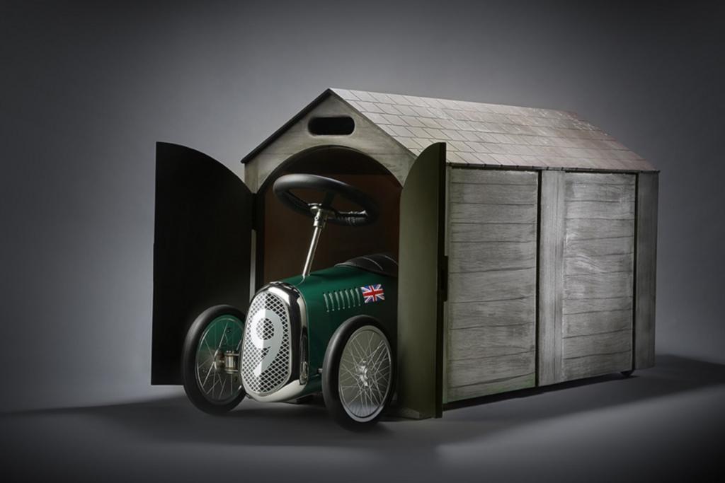 Wie es sich für den Edelhersteller gehört, ist auch das Spielzeugauto exklusiv und liebevoll verarbeitet.