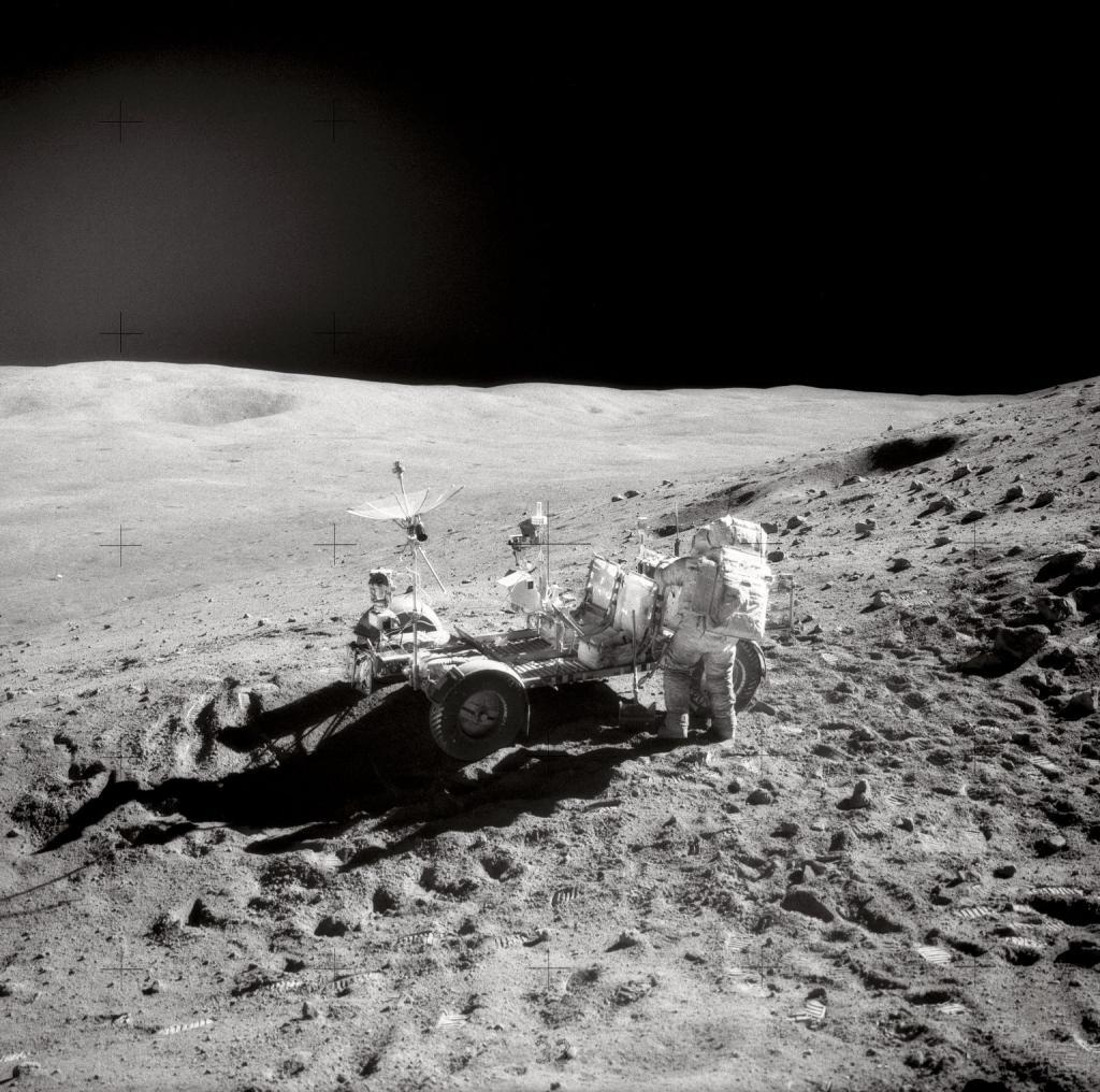 Astronaut John Young mit dem Apollo-16-Auto