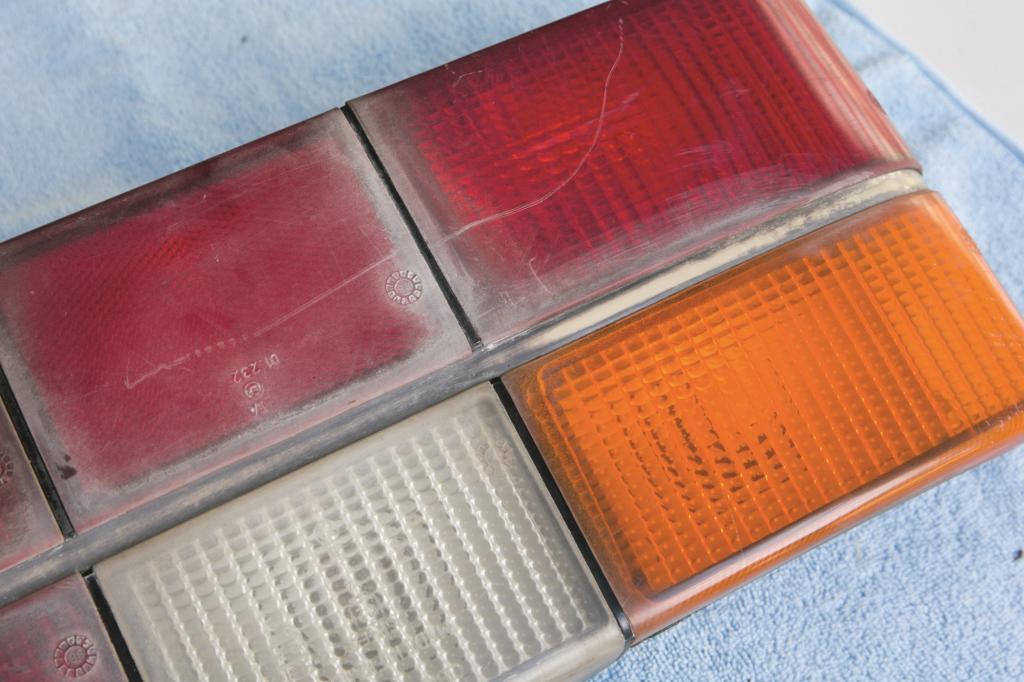 Auch Leuchtglser aus Acryl oder Plexiglas halten den Strahlen nicht ewig stand und bekommen frher oder spter Risse.