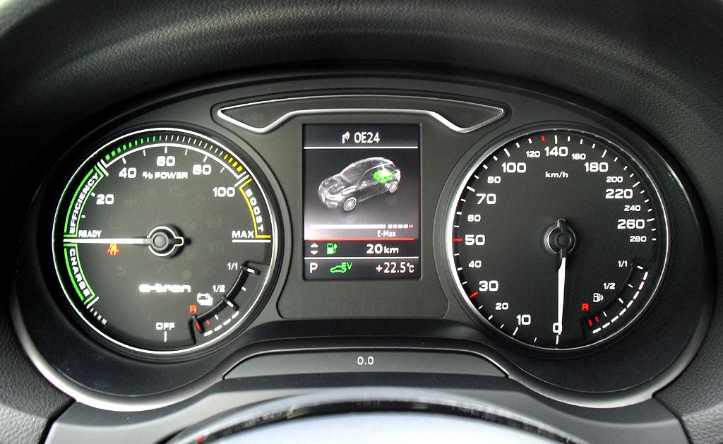 Audi A3 Sportback e-tron: Blick durch den Lenkradkranz auf die Rundinstrumentierung.