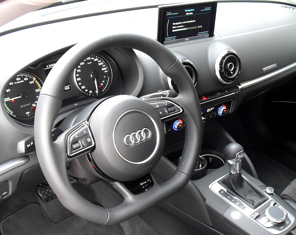 Audi A3 Sportback e-tron: Blick ins sportlich-funktionelle Cockpit.