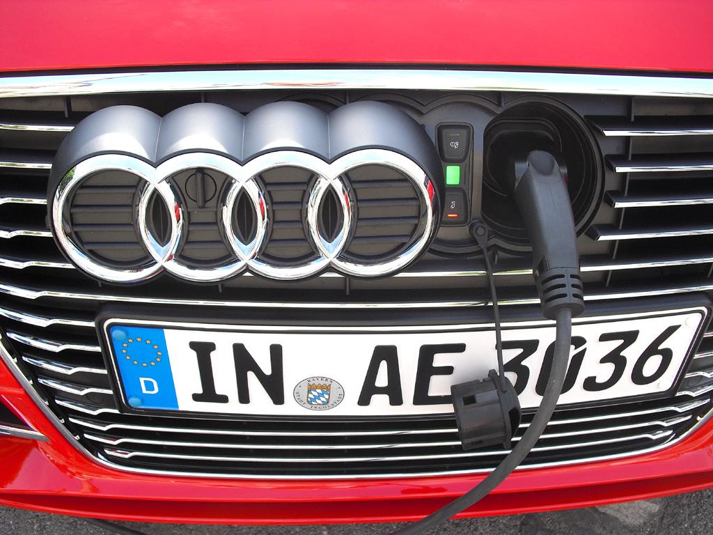 Audi A3 Sportback e-tron: Der Ladeanschluss befindet sich vorn hinter den vier Markenringen.