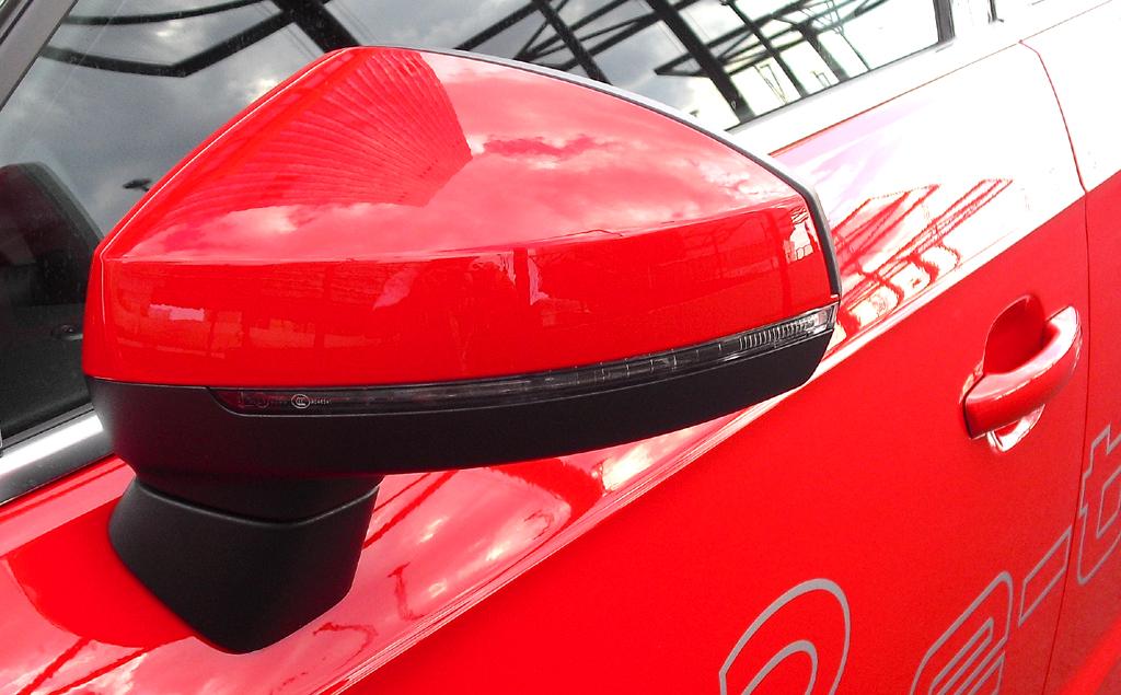 Audi A3 Sportback e-tron: In die Außensiegel sind schmale Blinkstreifen integriert.