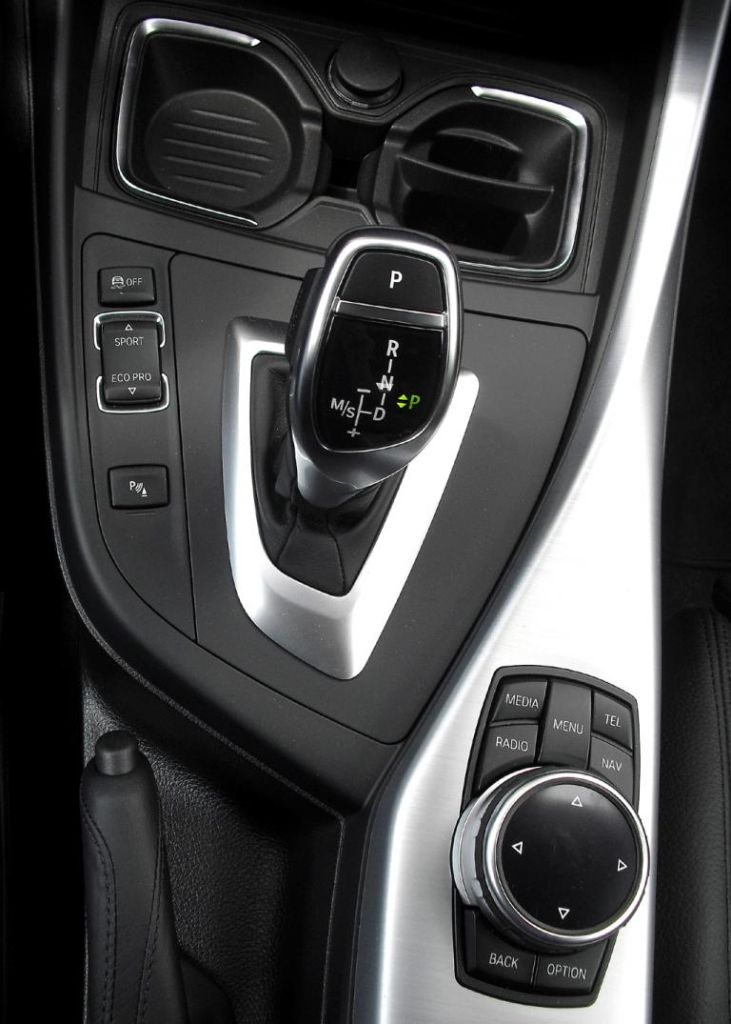 BMW 2er-Coupé: Blick auf die Bedieneinheit rund um den Getriebewählhebel auf der Mitteltunnel.