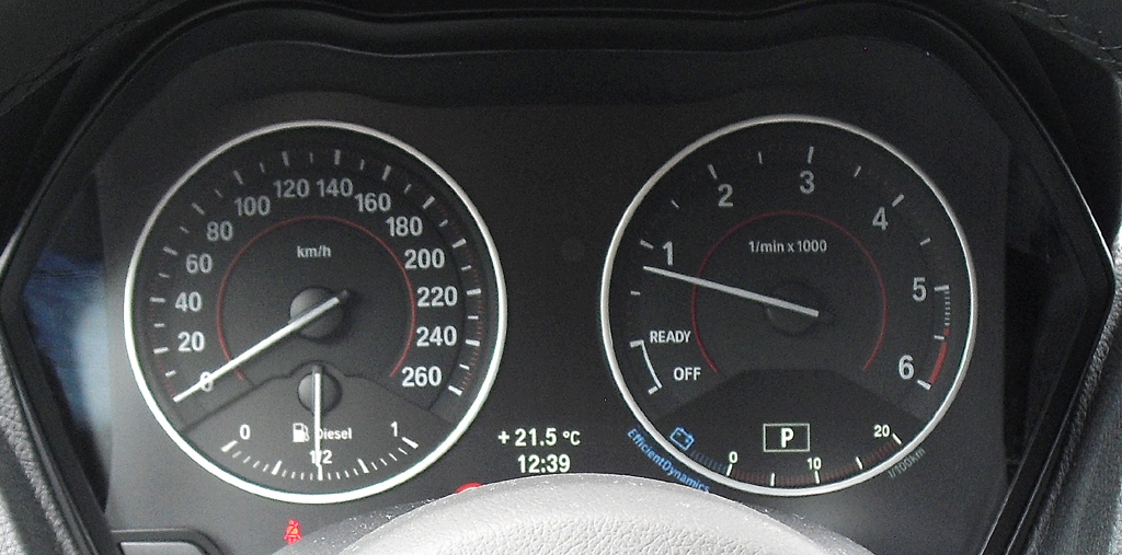 BMW 2er-Coupé: Blick durch den Lenkradkranz auf die Rundinstrumentierung.