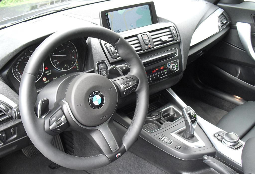 BMW 2er-Coupé: Blick ins sportlich-funktionelle Cockpit.