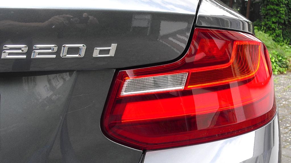 BMW 2er-Coupé: Moderne Leuchteinheit hinten mit Modellkennung.
