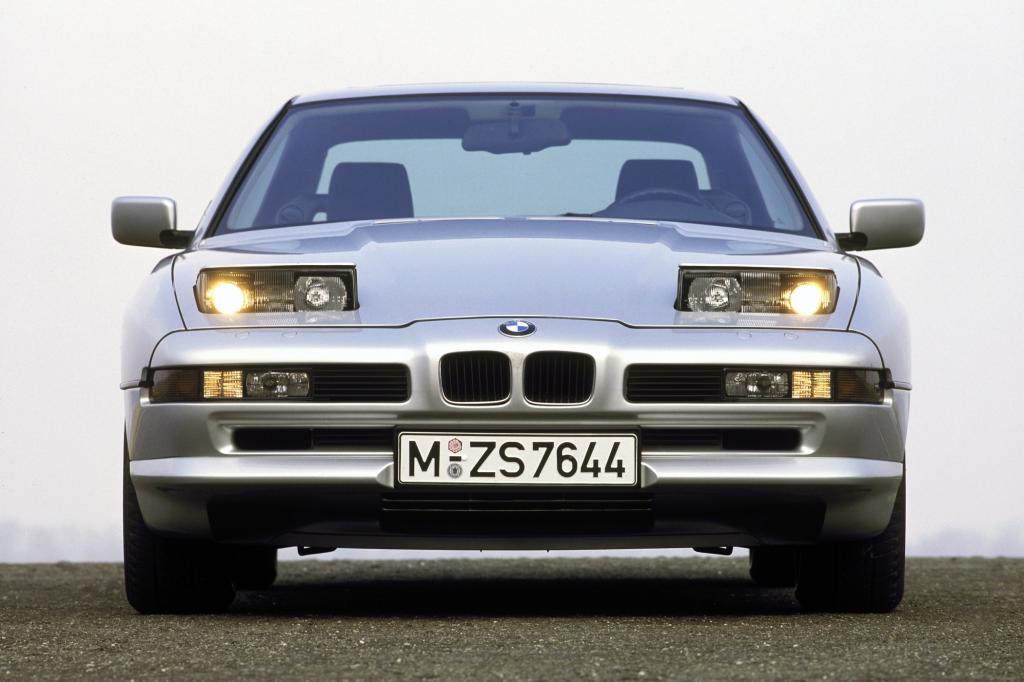 BMW 850i mit aktivierten Scheinwerfern ab 1989