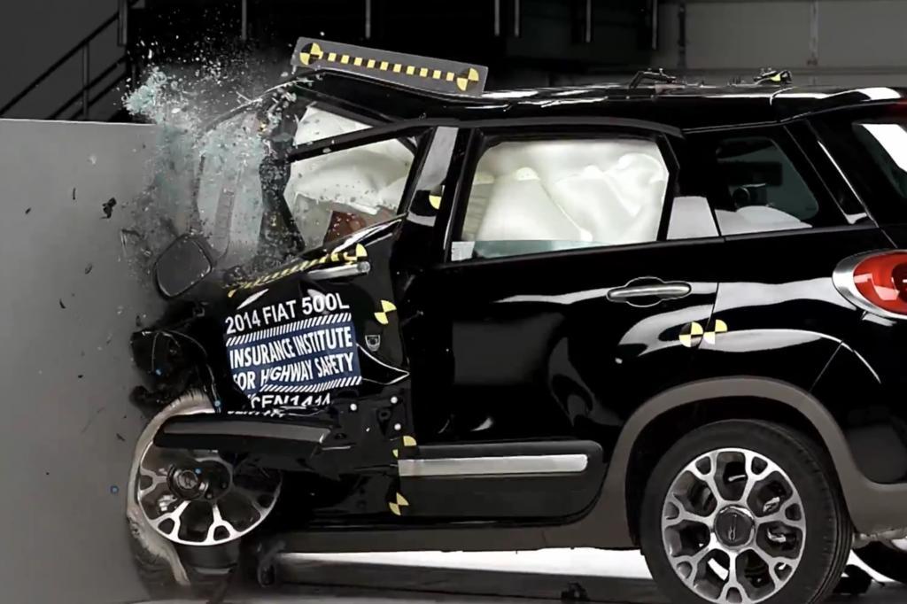 """Bei den mit """"mangelhaft"""" bewerteten Fahrzeugen wurde die Fahrgastzelle bei dem Crash deutlich in Mitleidenschaft gezogen und schrnkte den berlebensraum des Fahrers ein"""